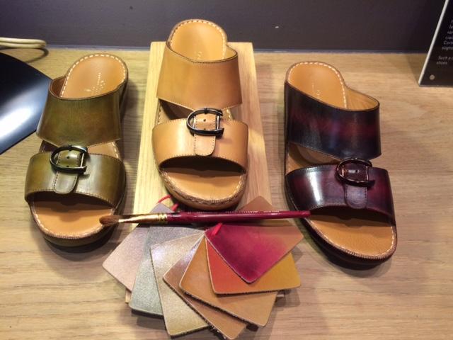 b268eab4c تختلف الصناعة اليدوية للصندل وخاصة الصندل الخليجي الذي يعد جزءاً من اللباس  التقليدي عن صناعة الحذاء الرجالي الكلاسيكي، لكن مصمم الأحذية الباريسي  الشهير بيير ...