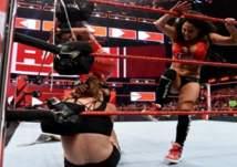بالفيديو.. معركة نسائية تشعل WWE
