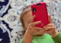 ما هو الحد الأقصى لاستخدام الأطفال للهواتف الذكية دون حدوث أضرار خطيرة؟ (فيديو)