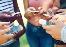 خبراء يحذرون من استخدام الأطفال للهواتف الذكية قبل هذا العمر