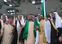"""بالفيديو.. الملك سلمان يتفاعل مع """"العرضة السعودية"""" خلال سباق للفروسية"""