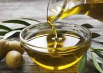 خبيرة تغذية تحذر من استخدام زيت الزيتون بهذه الطريقة: يسبب السرطان (فيديو)