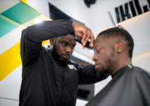 في لندن.. شاب إفريقي يحول شاحنة  لصالون حلاقة مبتكر