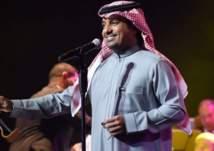 شاب يقتحم المسرح أثناء غناء الفنان راشد الماجد (فيديو)