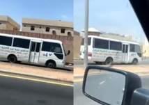 مرور الرياض يطيح بقائد حافلة مدرسية بعد ما فعله على أحد طرق المملكة (صور)