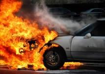 سعودي يسحب سيارة مشتعلة من أمام محل تجاري بالخرج ويمنع وقوع كارثة (فيديو)