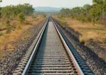 بالفيديو .. سقوط مرعب لطفل أثناء عبور سكة الحديد!
