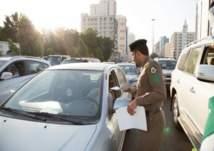 بالفيديو .. شرطة المرور توزِع المال في الرياض