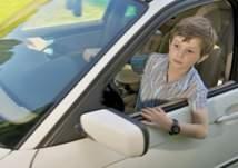 بالفيديو .. إيقاف سيارة مسرعة  بقيادة طفل صغير