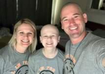 أب يرفع معنويات ابنه المصاب بالسرطان بطريقة غريبة (فيديو)