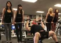 فيديو مثير: أقوى رجل في العالم يحمل أربعة فتيات بيديه!