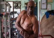 يبلغ 72 عاماً ومازال مواظباً على تمارين رفع الأثقال (فيديو)