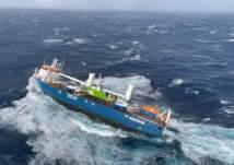 مشهد مرعب لعملية إنقاذ سفينة كانت على وشك الغرق