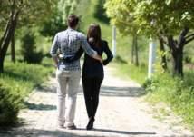 المشي مع الزوجة يعزز هرمون السعادة