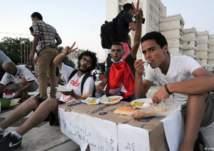 شاهد.. شباب يتفاخرون بافطارهم في وضح النهار والسلطات تتدخل