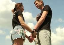 """""""تحدي الحب"""".. زوجان يقيدان بعضهما بالسلاسل 123 يوماً (فيديو)"""