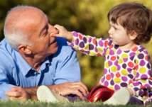 لماذا يشعر كبار السن بالسعادة عند ملاعبة الأطفال؟
