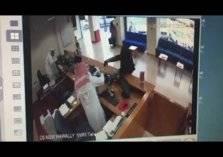 """متنكراً بزي النساء.. مسلح يسطو على """"بنك الخليج"""" بالكويت (فيديو)"""