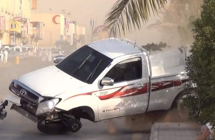 مفحط متهور يفقد السيطرة على سيارته ويتسبب في كارثة (فيديو)
