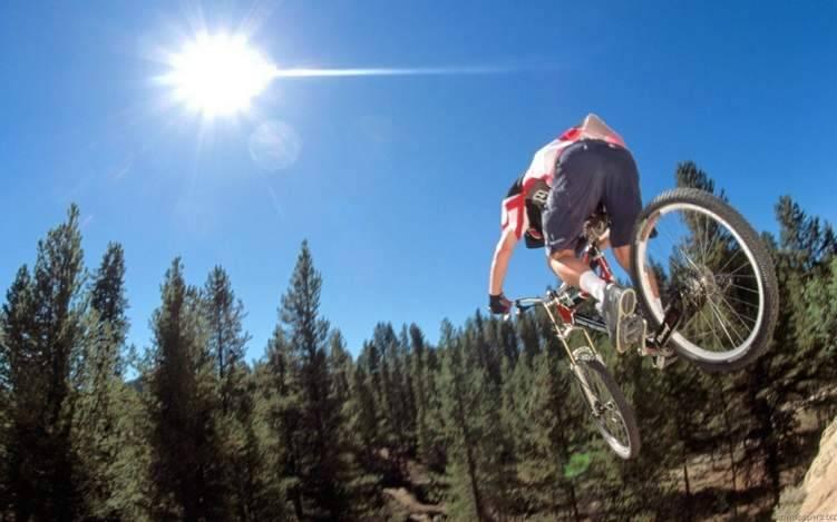 راكب دراجة يطير في الهواء قبل أن يسقط ويرتطم بالأرض (فيديو)