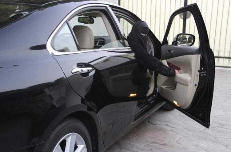 شخص يُصر على تصوير امرأة تقود سيارة بالرياض. . شاهد رد فعل مرافقاتها