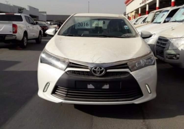 سيارة تويوتا تصدم أحد المارة على طريق الرياض - الدمام وتُطيره في الهواء (فيديو مروع)