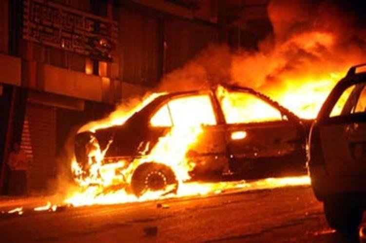 حريق هائل يلتهم سيارة على الجسر المعلق بدائري الرياض (فيديو)