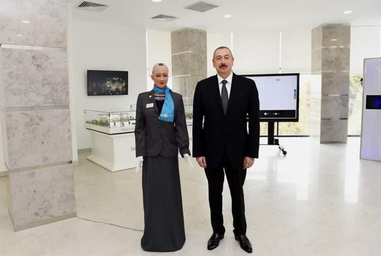 """""""صوفيا"""" تلتقي الرئيس وتحصل على أول تأشيرة روبوت"""