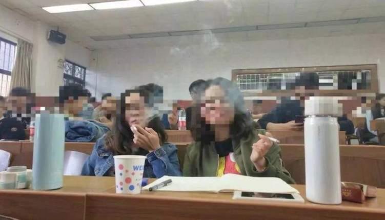 جامعة تتيح التدخين في فصولها.. تثير الجدل والصدمة
