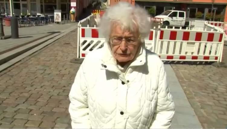 امرأة تتجاوز الـ 100 عام تخوض الانتخابات بـ حوض سباحة!