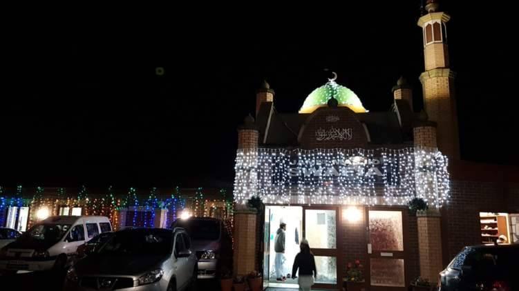 ما هي عقوبة إيقاف المركبات بشكل عشوائي أمام المساجد في الإمارات؟
