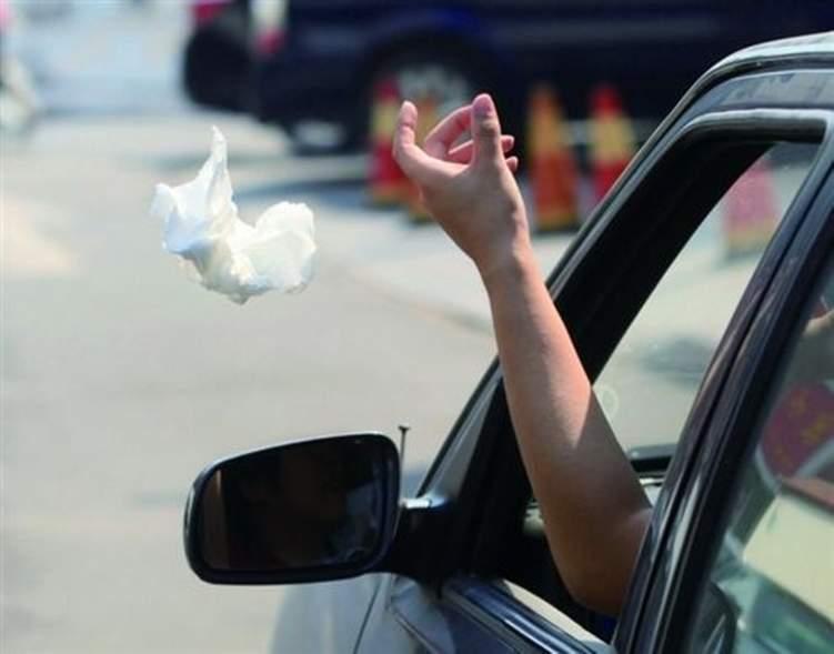 ما هي عقوبة رمي المخلفات من نوافذ السيارات في أبوظبي؟