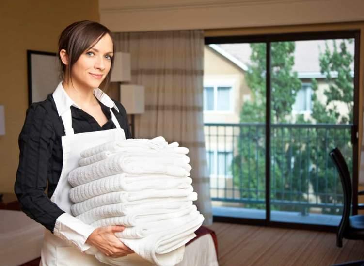 ما هي شروط استرجاع تكاليف استقدام الخدم في الإمارات؟