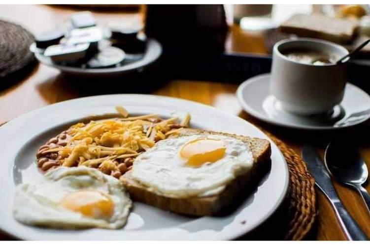 هل يسبب تأخير وجبة الإفطار في زيادة الوزن؟