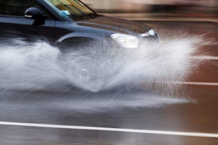 كيف تسيطر على السيارة من الانزلاق اثناء المطر؟