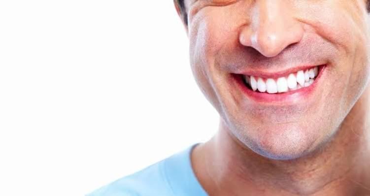 """وصفة """"الخميرة"""" لتبيض الأسنان في 5 دقائق!"""