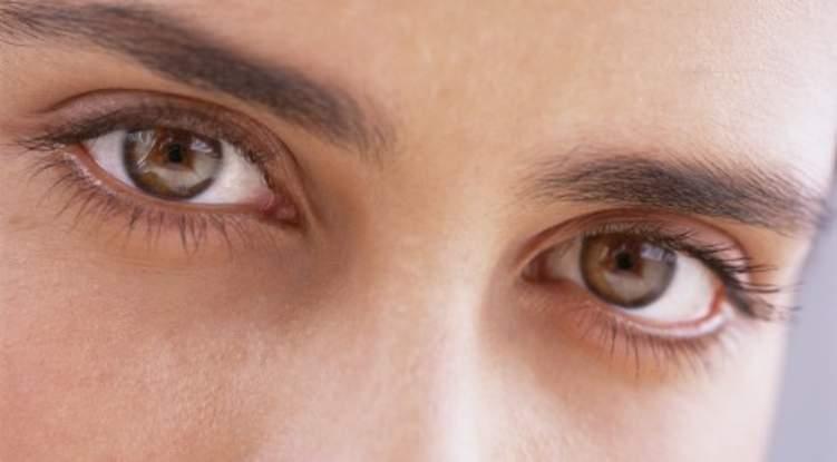كيفية تفتيح لون العين بالعسل؟
