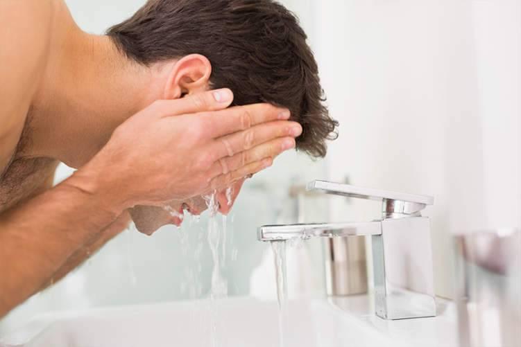 تطهير الوجه يضر البشرة.. فما الحل؟