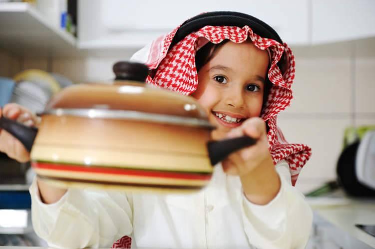 كيف تشجع طفلك على العمل الخيري في رمضان؟