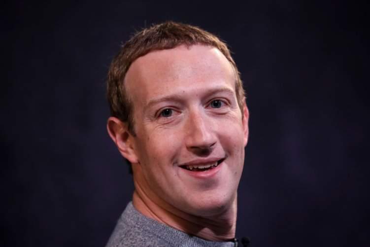 مؤسس فيسبوك ينشر صورة حلاقة شعرة على يد زوجته