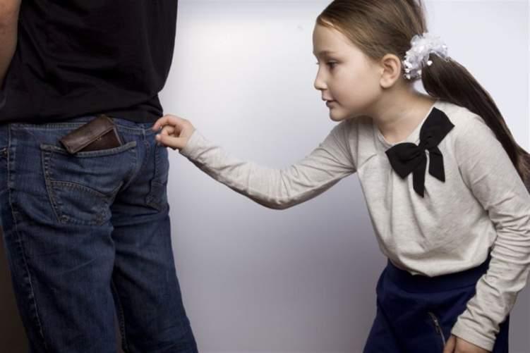 7 مبررات تدفع طفلك للسرقة
