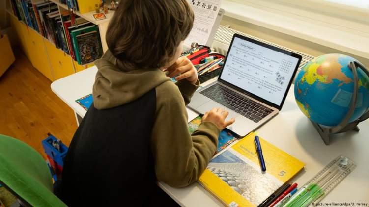 كيف يوفق الآباء بين ضرورة التعليم عن بعد والمخاطر؟