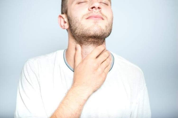 متى يدل التهاب الحلق على الاصابة بكورونا؟