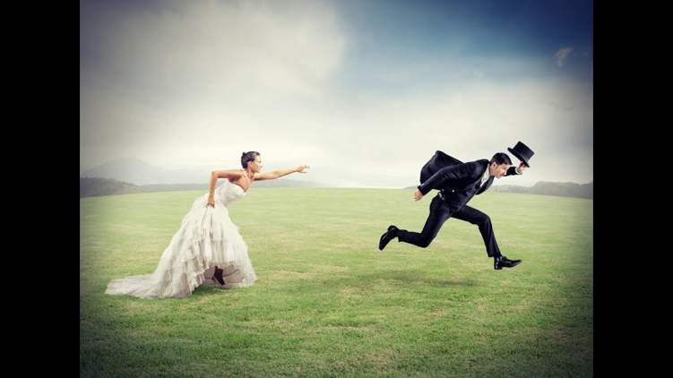 موقف محرج.. هرب عريسها في يوم زفافها فتزوجت من أحد المعازيم
