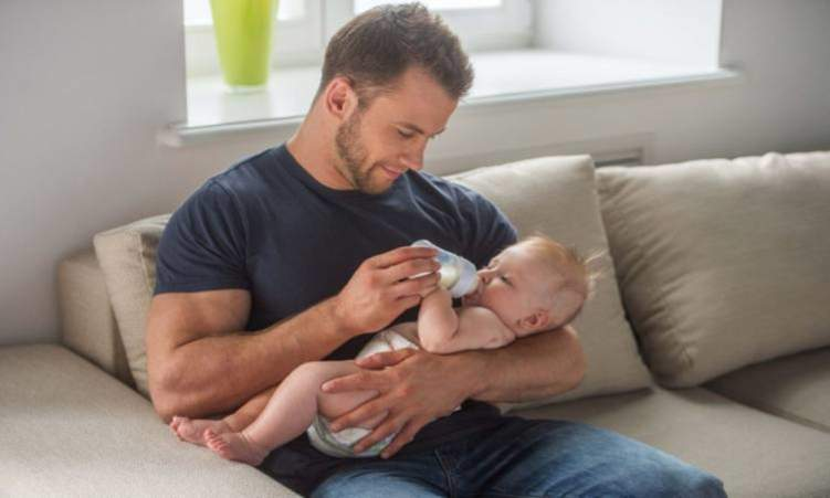 ما تأثير إجازة الأبوة على الطفل؟