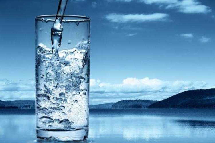 كم كوباً من الماء يحتاجه جسمك في رمضان؟