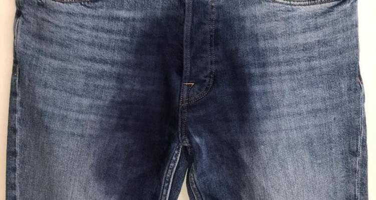 """جديد الموضة.. جينز """"مبلل"""" من الأمام والجمهور """"ما هذا بحق الجحيم؟"""""""