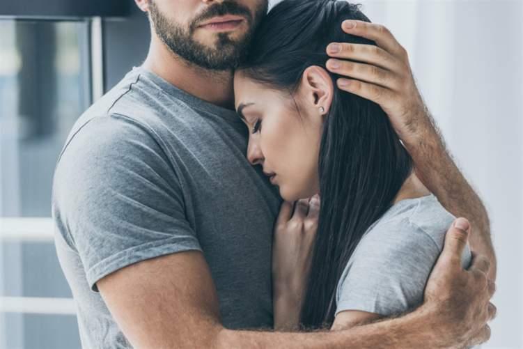 كيف يؤثر الضغط النفسي على العلاقة الرومانسية؟