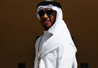 بالصور.. لويس هاملتون يكشف سر ارتدائه الزي الخليجي قبل سباق البحرين