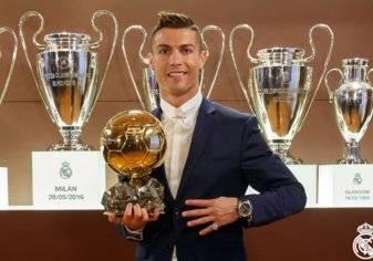 كريستيانو رونالدو يتوج بالكرة الذهبية للمرة الرابعة في تاريخه